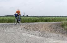 ADFC Weyhe beseitigt Schotter-Gefahrenstelle