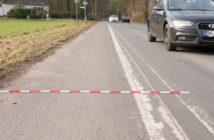 Der Streifen ist nur 1,50 Meter schmal. Zusammen mit der Doppellinie nicht mal 2,00 Meter.