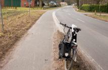 Ende des baulichen Radweges. Es geht links mit Radwegbenutzungspflicht weiter