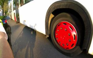 Gelenkbus überholt zu dicht