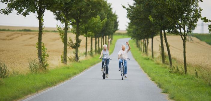 Senior Paar Radfahren auf Landstraße